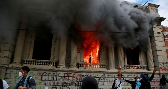 Guatemala'da göstericiler Kongre binasını basıp ateşe verdi