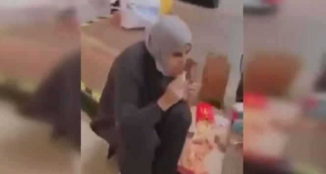 İstanbul'da bir AVM'de yere oturarak yemek yediler