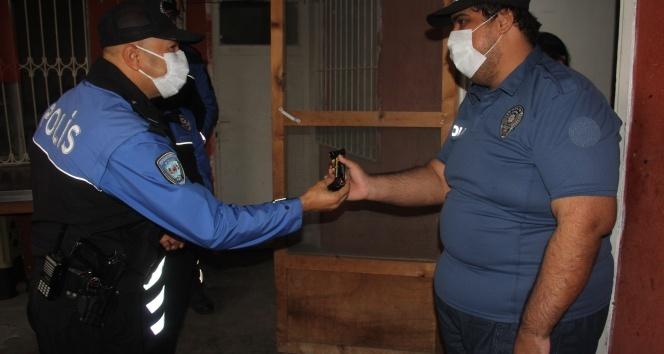 Engelli gencin polis sevgisi, ilacını polisin elinden içiyor