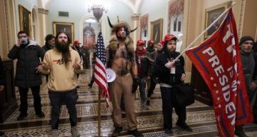 """ABD Kongresi'ni basan """"boynuzlu adama"""" gözaltı tesisinde organik yemek"""
