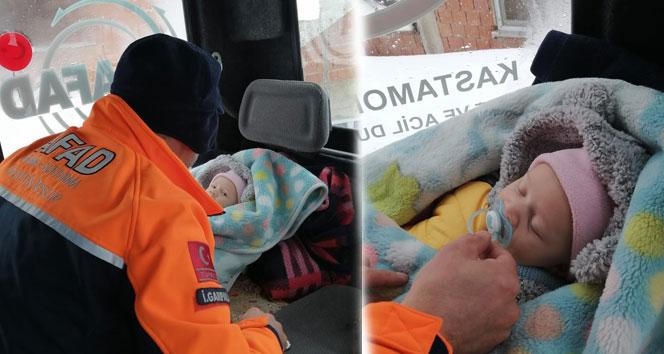 Ateşlenen bebek ile hamile kadın, paletli kar ambulansıyla hastaneye ulaştırıldı