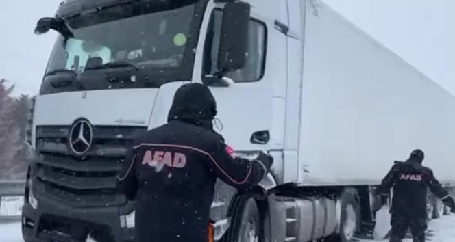 Kar ve fırtınanın ortasında kalan tır sürücülerinin imdadına AFAD ekibi yetişti