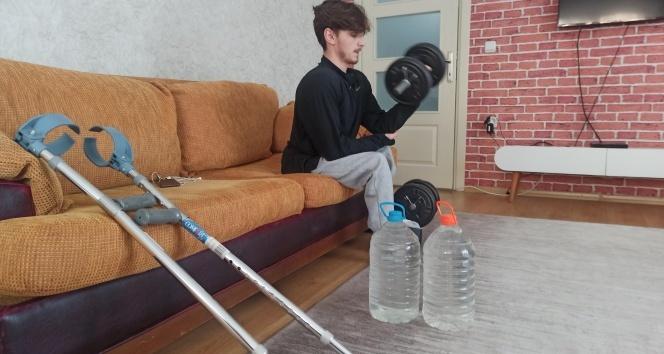 Temizlikte annesine yardım ederek Dünya Şampiyonası'na hazırlanıyor