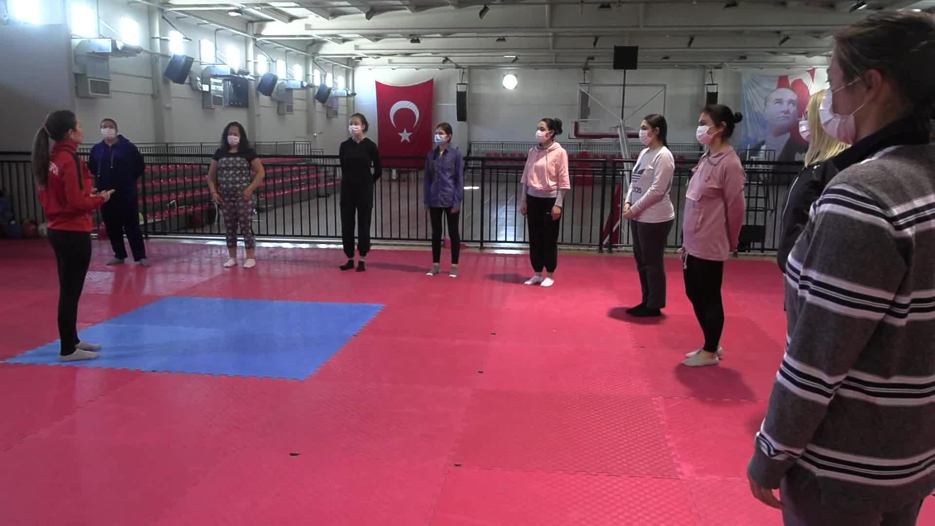 """ÇİĞLİ BELEDİYESİ'NDEN KADINLARA """"ÖZ SAVUNMA"""" EĞİTİMİ"""