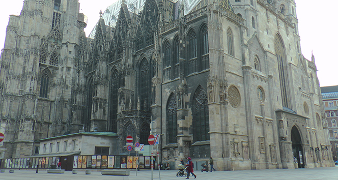 Avusturya'da karantina uygulaması başladı, cadde ve sokaklar boş kaldı