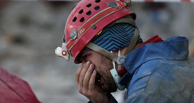 Enkaz başında ağlayan görevli şimdi de yardım deposunda çalışıyor
