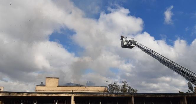 Süleymaniye'de metruk bir bina alev alev yandı