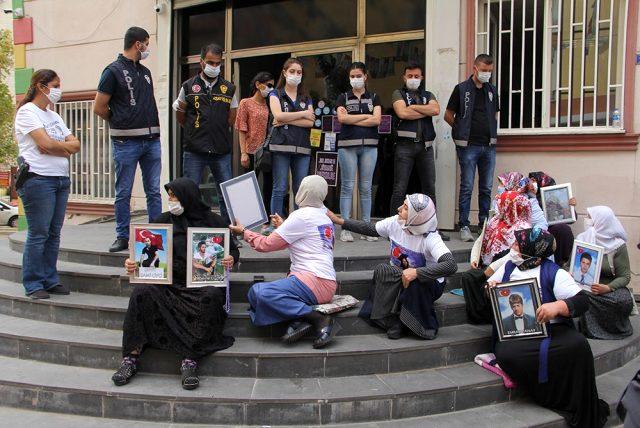 HDP'nin önünde oturan aileler partililere saldırdı