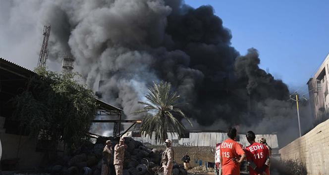 Pakistan'da boya fabrikasında dev yangın