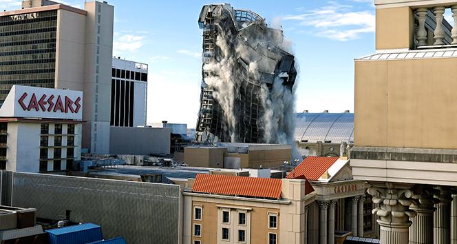 ABD'de Trump Plaza, kontrollü şekilde yıkıldı