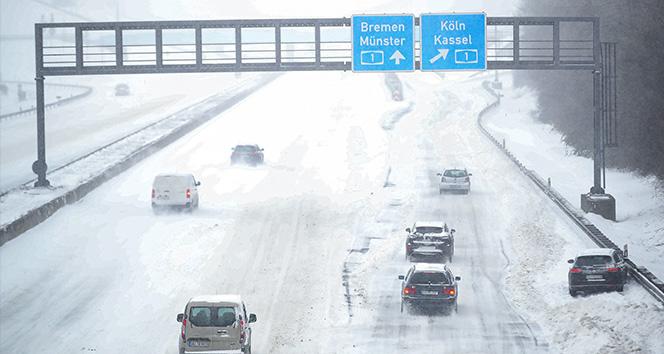 Almanya'da buzlanma nedeniyle yüzlerce araç yolda kaldı