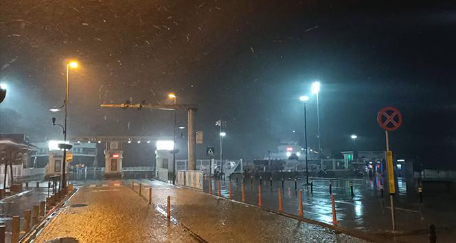 Çanakkale Boğazı yoğun kar yağışı nedeniyle gemi geçişlerine kapatıldı