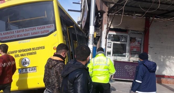 Işık ihlali yapan halk otobüsü iş yerine daldı: 1 kişi hayatını kaybetti, 1 kişi yaralı