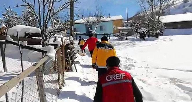 Karlı yolları aşan vefakâr sağlıkçılar hastaların imdadına yetişiyor