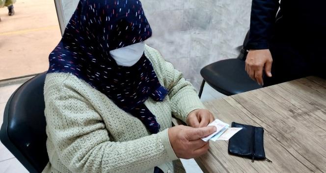 Yaşlı kadın 2 ay önce kaybolan para dolu cüzdanına kavuştu