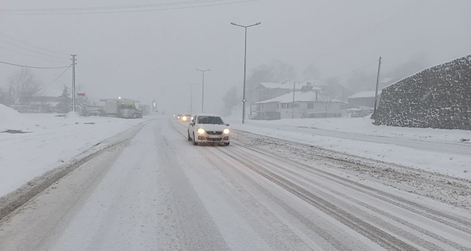 Yoğun kar yağışı D-655 karayolunda etkili oluyor