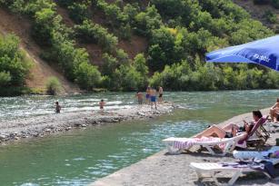 Hava sıcaklığı 40 dereceye ulaştı! Tunceli'de Munzur Nehri kıyısı Bodrum'u aratmadı